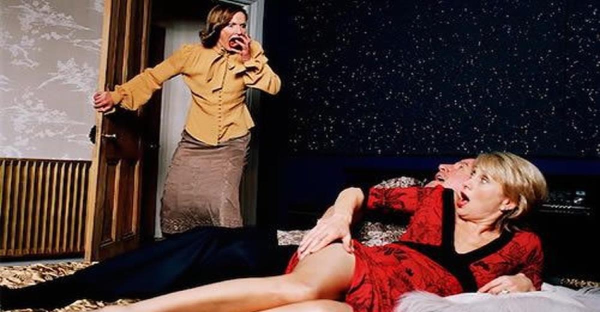 Жена застукала мужа с тещей в кровати #5